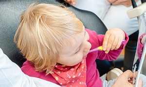 Чистка зубов детям в стоматологии