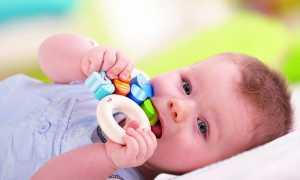 У ребенка при простуде надорвалась десна и из нее торчит что-то белое